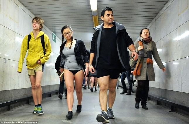 Kỳ lạ hàng nghìn người đổ xô đi tàu điện ngầm nhưng không mặc quần - ảnh 6