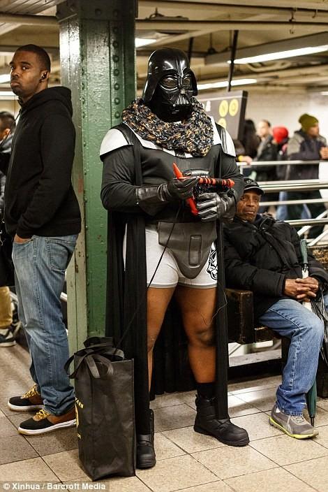 Kỳ lạ hàng nghìn người đổ xô đi tàu điện ngầm nhưng không mặc quần - ảnh 3