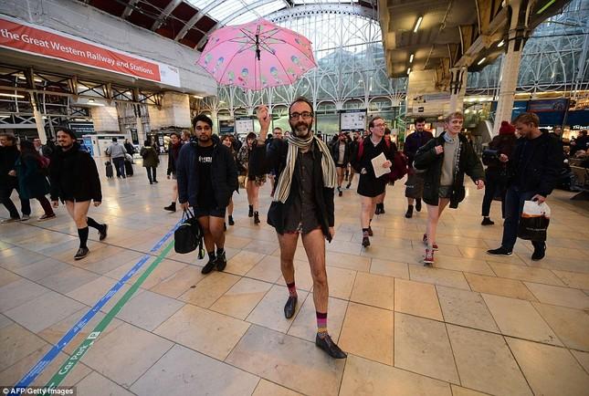 Kỳ lạ hàng nghìn người đổ xô đi tàu điện ngầm nhưng không mặc quần - ảnh 14