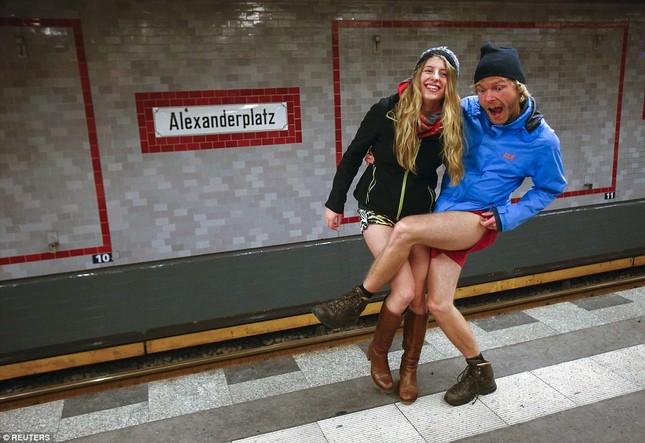 Kỳ lạ hàng nghìn người đổ xô đi tàu điện ngầm nhưng không mặc quần - ảnh 4