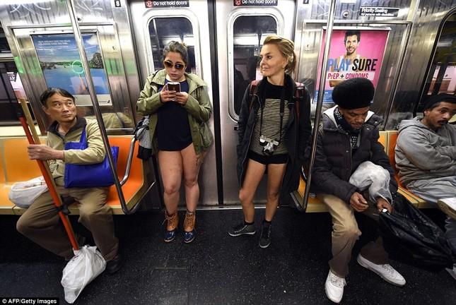 Kỳ lạ hàng nghìn người đổ xô đi tàu điện ngầm nhưng không mặc quần - ảnh 7