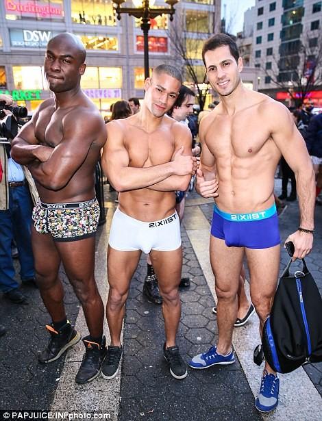 Kỳ lạ hàng nghìn người đổ xô đi tàu điện ngầm nhưng không mặc quần - ảnh 10