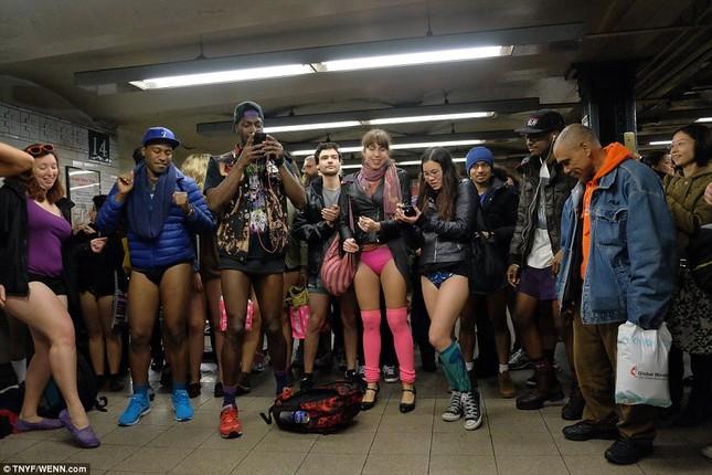 Kỳ lạ hàng nghìn người đổ xô đi tàu điện ngầm nhưng không mặc quần - ảnh 11