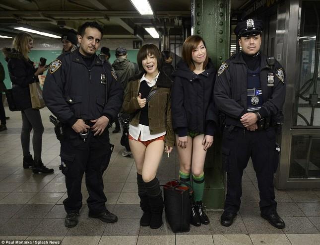 Kỳ lạ hàng nghìn người đổ xô đi tàu điện ngầm nhưng không mặc quần - ảnh 12