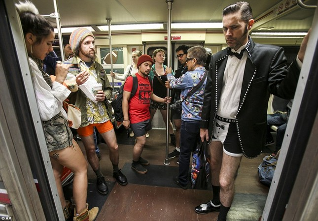 Kỳ lạ hàng nghìn người đổ xô đi tàu điện ngầm nhưng không mặc quần - ảnh 13