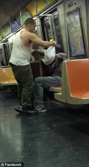 Video chàng trai mặc áo cho người vô gia cư hút hơn 9 triệu lượt xem - ảnh 2