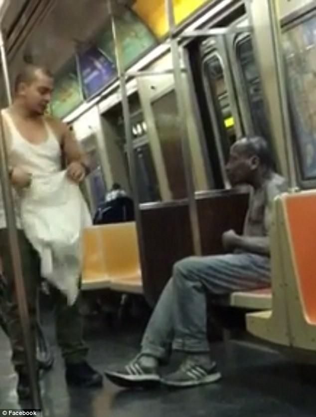 Video chàng trai mặc áo cho người vô gia cư hút hơn 9 triệu lượt xem - ảnh 1
