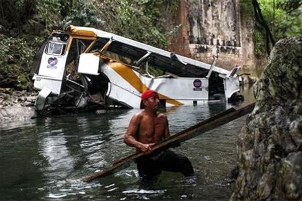 Tai nạn xe buýt Mexico: 16 cầu thủ và cổ động viên thiệt mạng - ảnh 1
