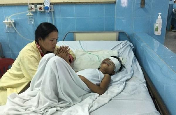 Bé gái 7 tuổi ngã xuống giếng nguy kịch - ảnh 1