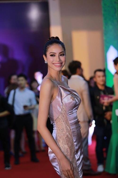 Phạm Hương nhẹ nhàng 'đánh bật' thảm đỏ Zing Music Awards - ảnh 4