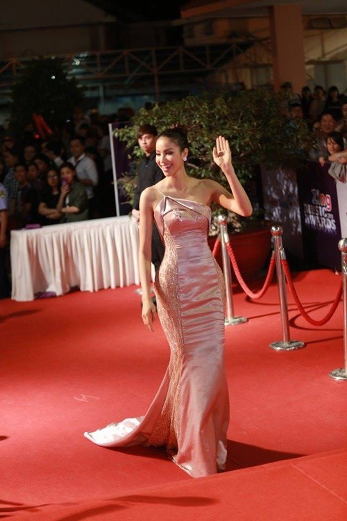 Phạm Hương nhẹ nhàng 'đánh bật' thảm đỏ Zing Music Awards - ảnh 1