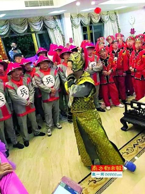 Trung Quốc: 'Hoảng hồn' vì cô dâu đeo trĩu vàng trong lễ cưới - ảnh 3