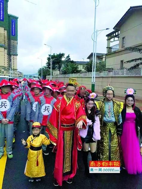Trung Quốc: 'Hoảng hồn' vì cô dâu đeo trĩu vàng trong lễ cưới - ảnh 2