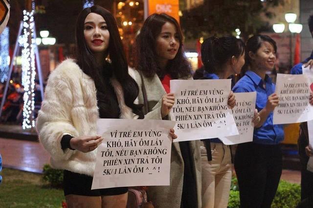 Hot girl Linh Miu ra phố 'bán' 5k/1 lần ôm - ảnh 1