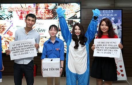 Hot girl Linh Miu ra phố 'bán' 5k/1 lần ôm - ảnh 2