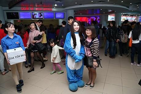 Hot girl Linh Miu ra phố 'bán' 5k/1 lần ôm - ảnh 4