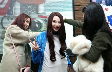 Hot girl Linh Miu ra phố 'bán' 5k/1 lần ôm - ảnh 5