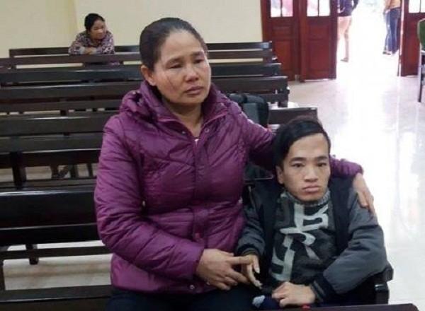 Người con khuyết tật rạch tay lấy mau xin về ở với mẹ vì cha hành áu - ảnh 1