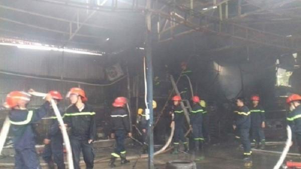 Hà Nội: Cháy lớn 2 ô tô bị thiêu rụi, trơ khung sắt - ảnh 1
