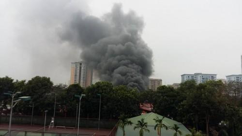 Hà Nội: Cháy lớn 2 ô tô bị thiêu rụi, trơ khung sắt - ảnh 2