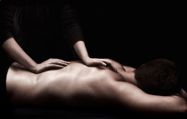 Bắt quả tang hàng chục nhân viên massage kích dục, bán dâm cho khách - ảnh 1
