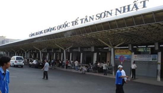 Màn hình sân bay Tân Sơn Nhất bị chèn hình ảnh... 'bậy bạ' - ảnh 1