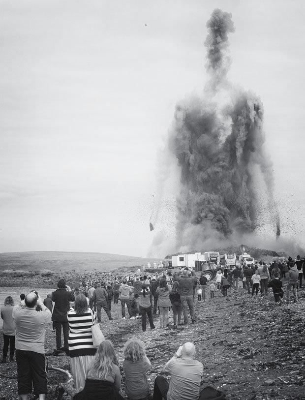 Bức ảnh 'người khổng lồ' sừng sững giữa trời gây sốt dân mạng - ảnh 1