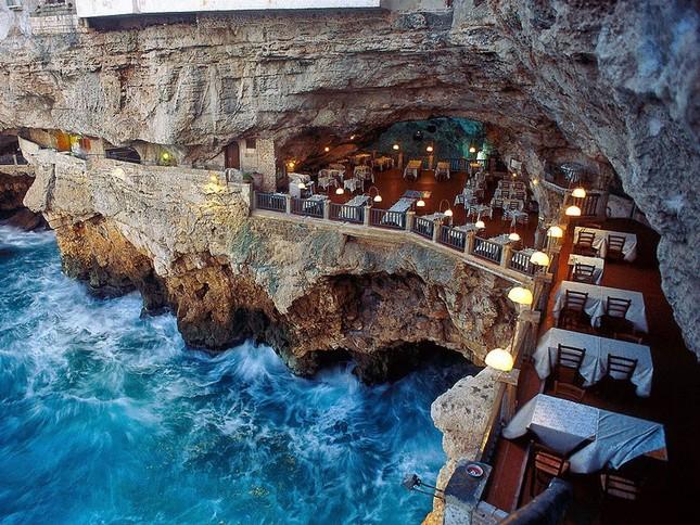 Thưởng thức bữa tối với nhà hàng xây trong hang đá - ảnh 1
