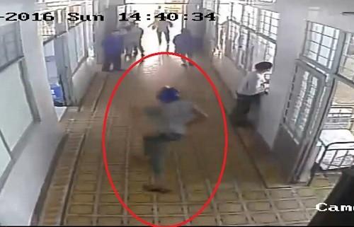 Clip: Táo tợn cầm dao xông vào bệnh viện truy sát bệnh nhân - ảnh 1
