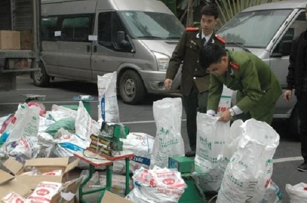 Hà Nội: Bắt nửa tấn mỳ chính, nước mắm giả thương hiệu nổi tiếng - ảnh 1