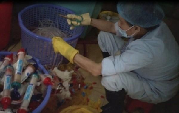 Tuồn chất thải y tế độc ra ngoài: Trưởng khoa BV Bạch Mai bị kỷ luật - ảnh 1