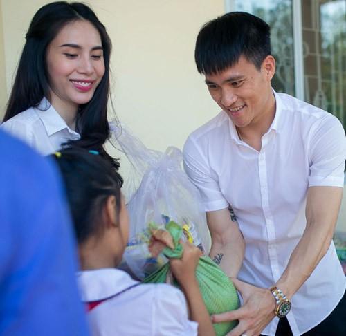 Thủy Tiên, Công Vinh giúp cặp sinh đôi 3 tuổi chống gậy đưa tang mẹ - ảnh 1