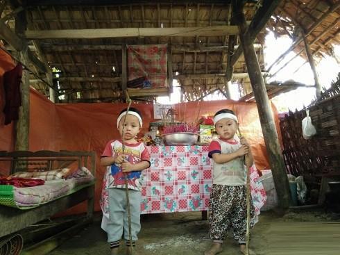 Thủy Tiên, Công Vinh giúp cặp sinh đôi 3 tuổi chống gậy đưa tang mẹ - ảnh 2