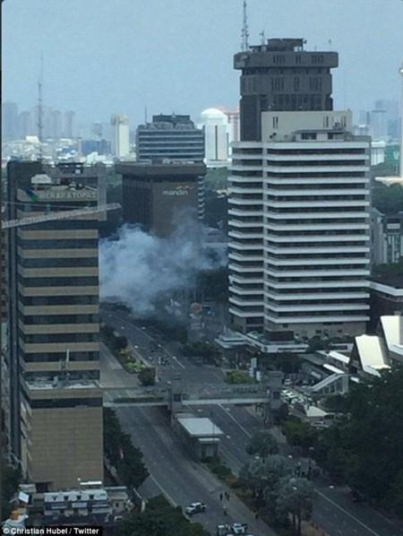 Hiện trường vụ nổ bom liên hoàn ở thủ đô Indonesia  - ảnh 1