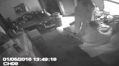 Bí mật lắp camera, chồng phát hiện vợ đánh mẹ 'thừa sống thiếu chết' - ảnh 2