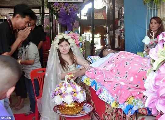 Lạ kì cô dâu tổ chức đám cưới ngay trong đám tang chú rể - ảnh 2