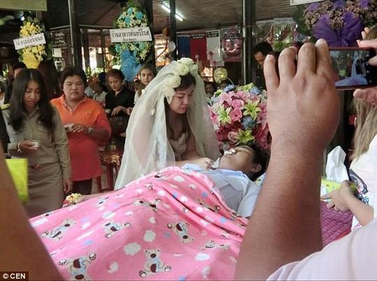 Lạ kì cô dâu tổ chức đám cưới ngay trong đám tang chú rể - ảnh 1