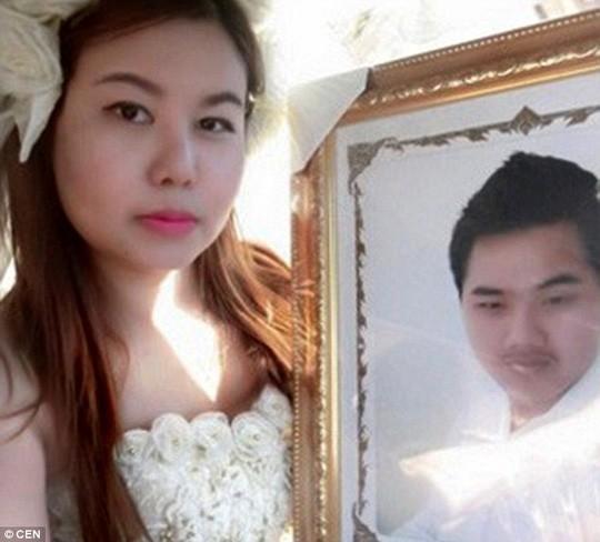 Lạ kì cô dâu tổ chức đám cưới ngay trong đám tang chú rể - ảnh 3