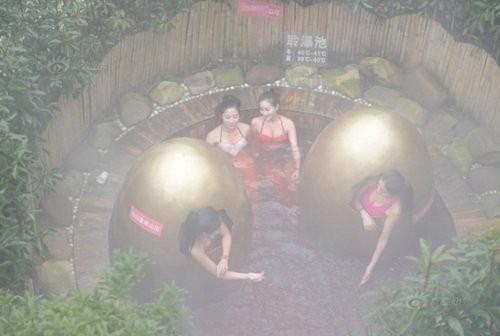 4 cô gái diện bikini tắm trong… trứng vàng - ảnh 6