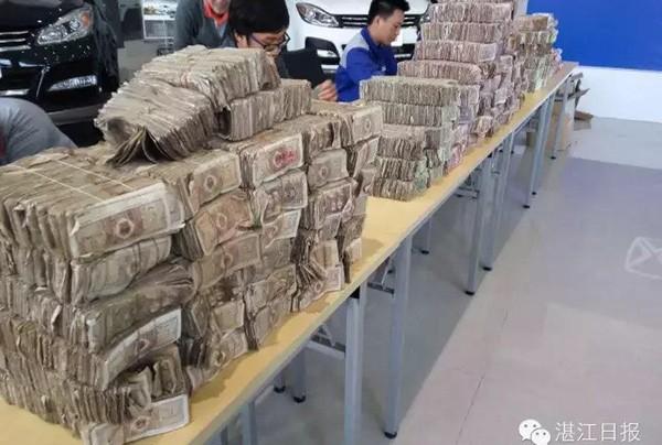 Choáng váng khách hàng chở hơn nửa tấn tiền lẻ đi mua ô tô - ảnh 1
