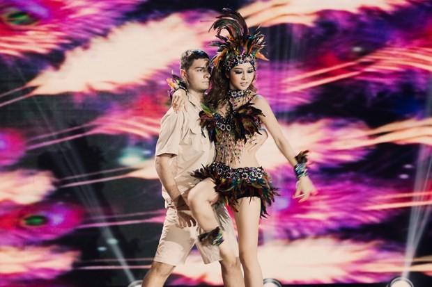 Bước nhảy hoàn vũ: Jennifer Phạm hóa nữ thổ dân gợi cảm - ảnh 2