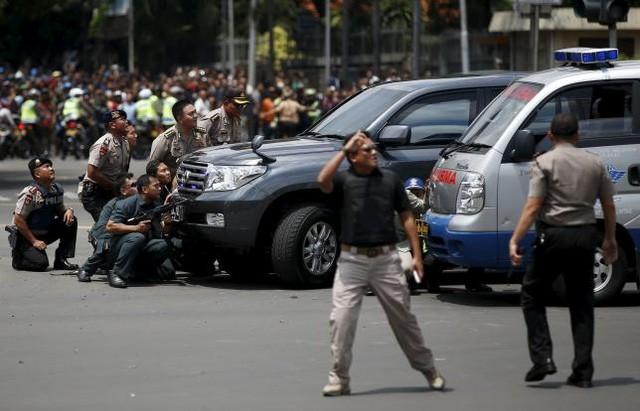 Đánh bom, nổ súng liên tiếp rung chuyển thủ đô của Indonesia - ảnh 1