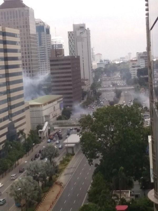 Đánh bom, nổ súng liên tiếp rung chuyển thủ đô của Indonesia - ảnh 2