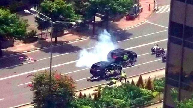 Đánh bom, nổ súng liên tiếp rung chuyển thủ đô của Indonesia - ảnh 4