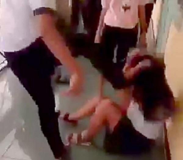Nữ sinh Huế đánh bạn: Nhà trường, giáo viên bị cắt thi đua - ảnh 1