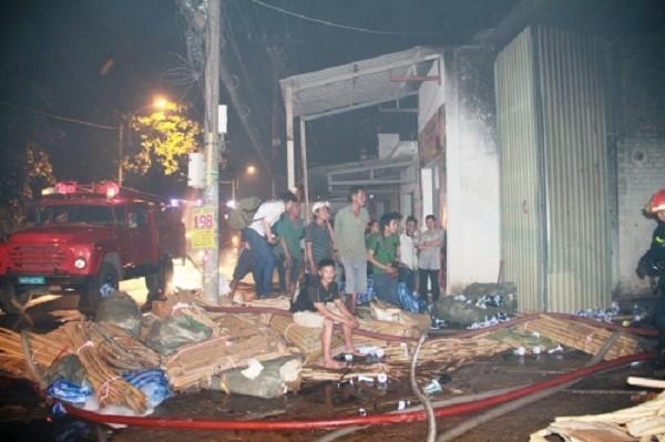 Cháy dữ dội thiêu rụi kho vải trong đêm, dân không thể tiếp cận - ảnh 2
