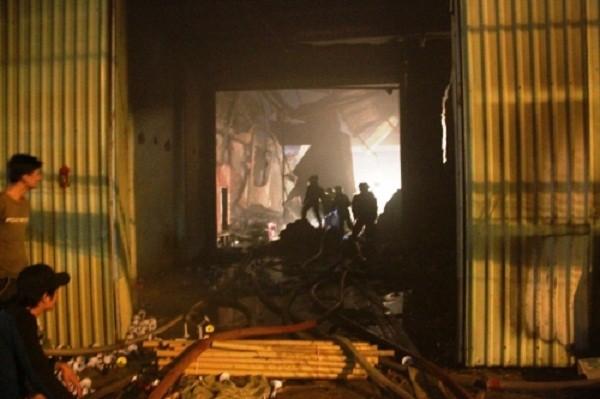 Cháy dữ dội thiêu rụi kho vải trong đêm, dân không thể tiếp cận - ảnh 1
