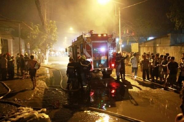 Cháy dữ dội thiêu rụi kho vải trong đêm, dân không thể tiếp cận - ảnh 3