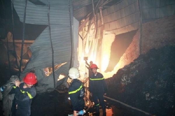 Cháy dữ dội thiêu rụi kho vải trong đêm, dân không thể tiếp cận - ảnh 4