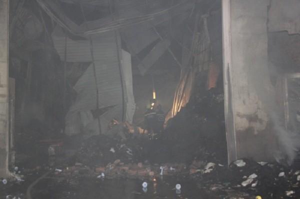 Cháy dữ dội thiêu rụi kho vải trong đêm, dân không thể tiếp cận - ảnh 6